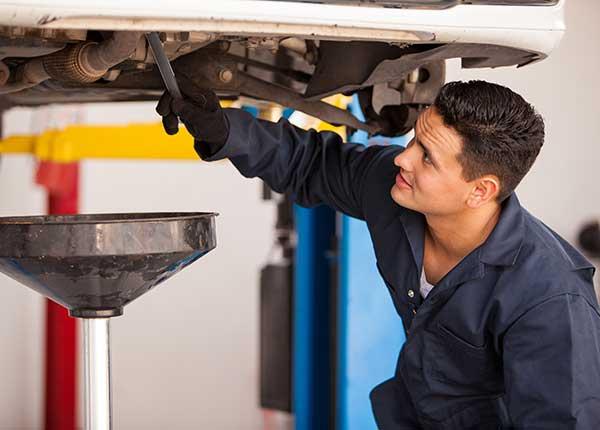 À proximité de Sorgues, des garagistes qualifiés pour la vidange de votre voiture
